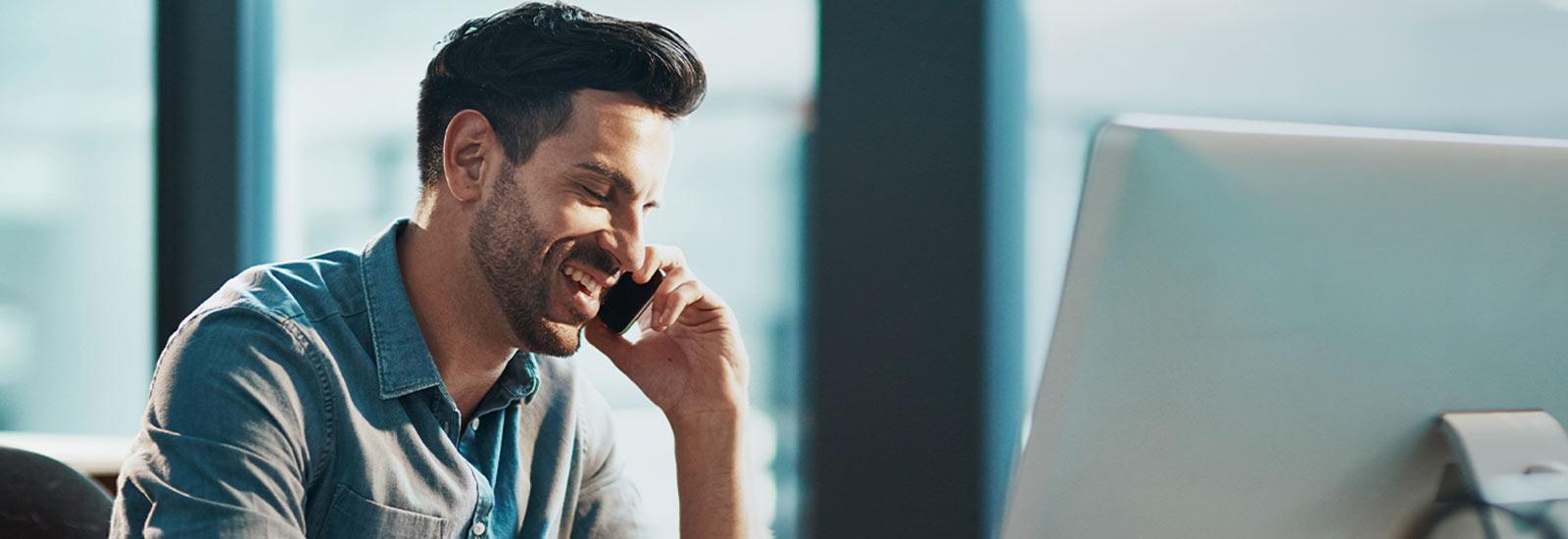 Un homme qui parle au téléphone et sourit