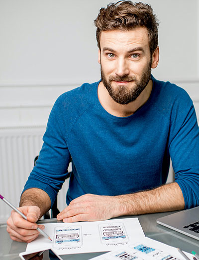 Mann, der auf Blatt schreibt