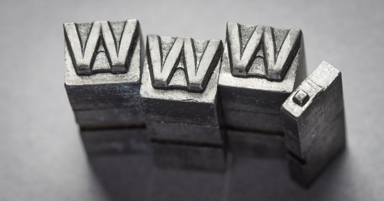 www scritto su blocchi di metallo