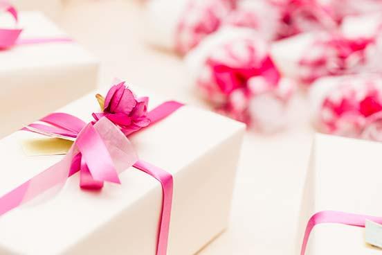 Weiße Geschenke mit pinkem Band