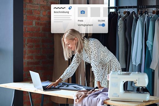 Eine Frau arbeitet mit ihrem Laptop am Inserieren von Produkten für ihren Online Shop.