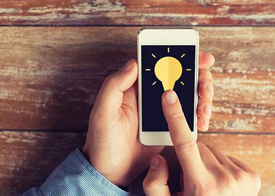 Smartphone mit Glühbirne auf Display