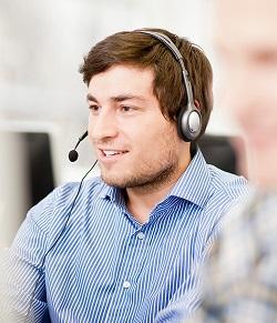Hombre con auriculares de perfil