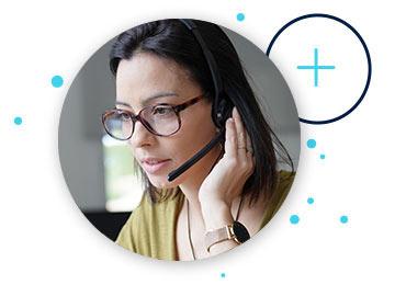 Dunkelhaarige Frau mit Headset und Brille