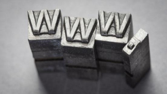 Metallklötze mit Schriftzug www