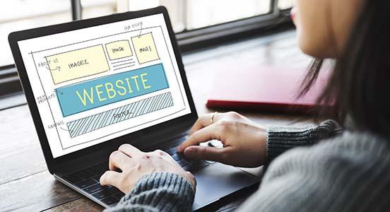 Laptop mit Website-Modulen auf Screen