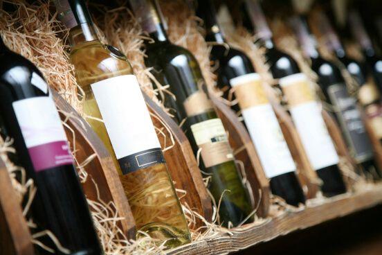 Una fila di bottiglie di vino